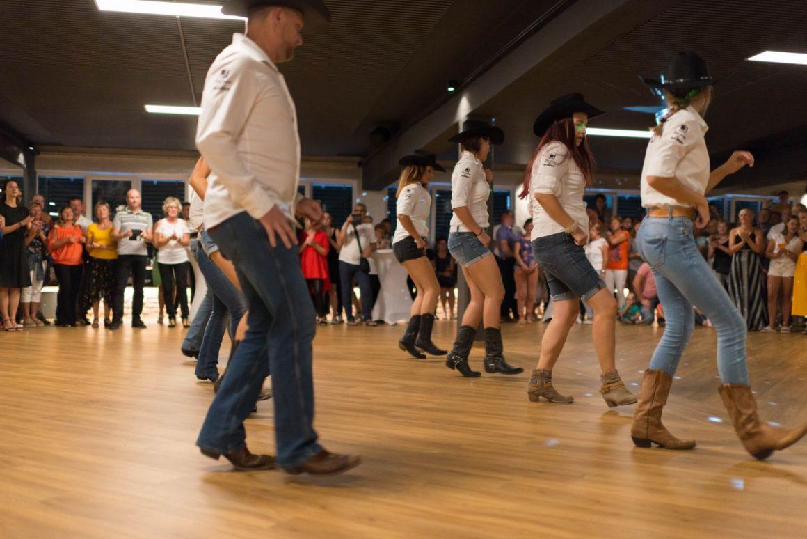 Kavbojski plesi v vrstah